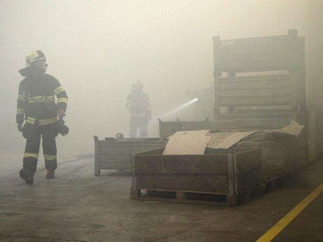 Hasiči zasahovali ve fabrice. Požár pilin si vyžádal i zranění