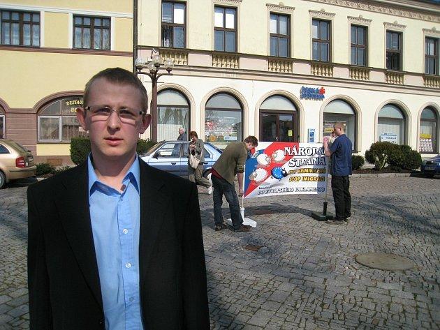 Na rychnovském Starém náměstí uspořádala předvolební mítink Národní strana. Diskutovat s občany přijel i Radim Panenka, předseda místní organizace v Hradci Králové.