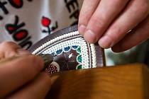David Adamský z horolezeckého oddílu Hovrch se věnuje znovunalezenému řemeslu vyšívání tradičních podorlických opasků. Výšivka je specifická tím, že se používá paví pero.