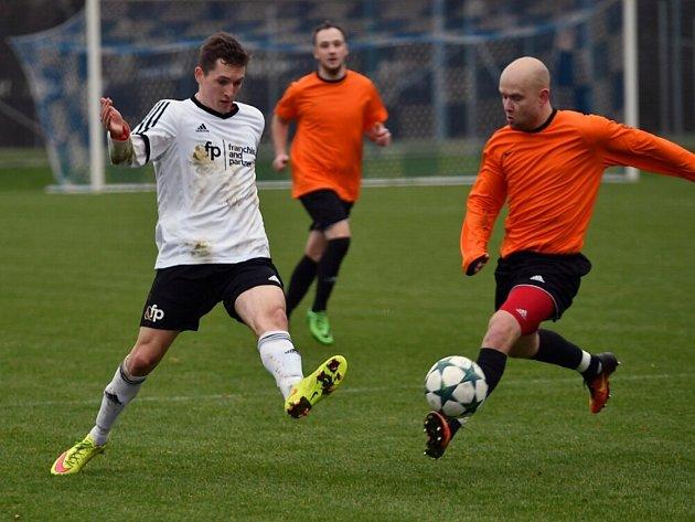 Týnišťský Radek Mládek (vlevo, v utkání s B-týmem Trutnova)  v průběhu podzimní části krajské I. A třídy nastřílel rekordních šestnáct gólů.