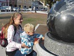 Místo kašny má týnišťské náměstí nový vodní prvek v podobě koule na vodním polštáři.