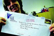 Eva Štréglová ukazuje obálku dopisu  z USA.