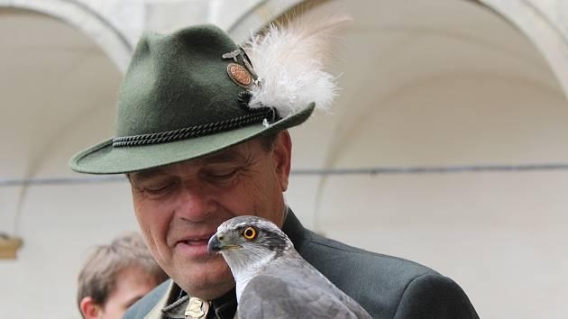 Pozornosti se těší při opočenském setkání nejen dravci, ale i dekorace klobouků sokolníků.