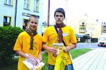 Skauti rychnovského střediska procházeli včera centrem města a nabízeli na prodej žlutooranžové kvítky.