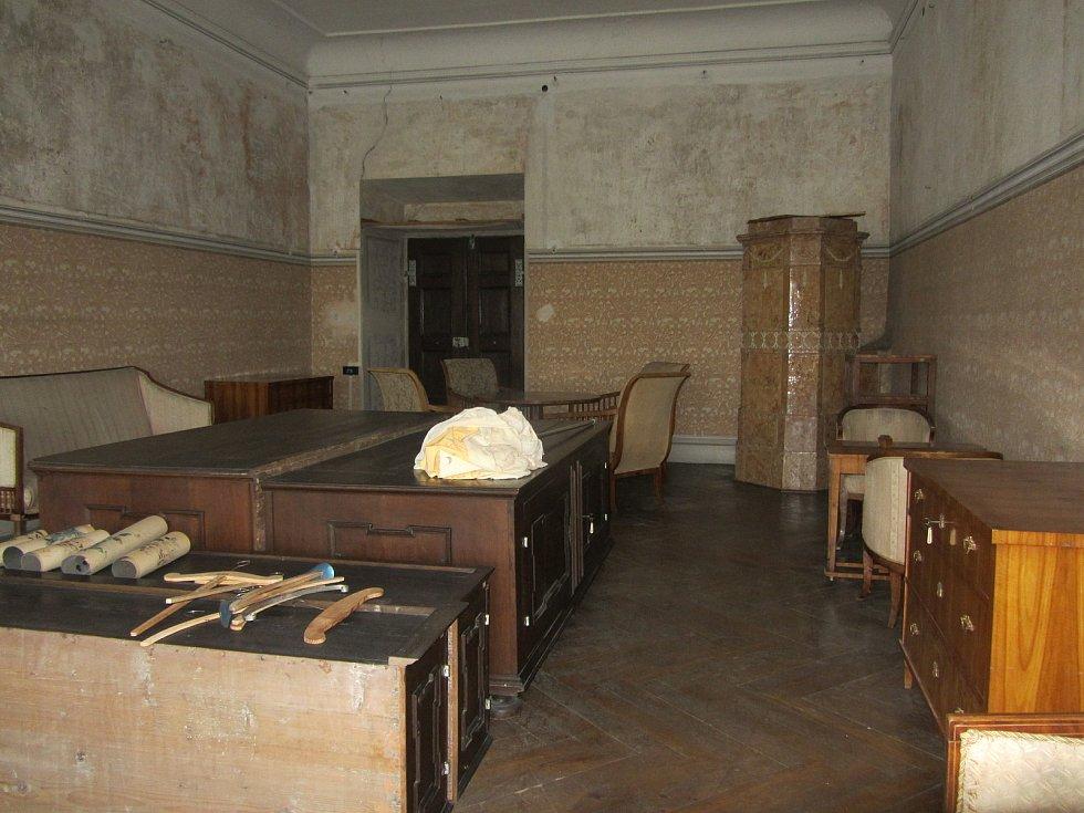 Z druhého patra opočenského zámku. Společenská místnost, nevymalované části stěn kdysi zdobily výjevy mantovské bitvy.