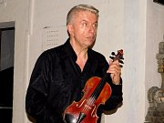 Jaroslav Svěcený se vzácným nástrojem francouzského mistra houslaře