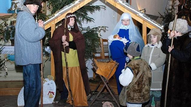 SKUHROV. PŮLNOČNÍ MŠE  tradičně zaplnily na Štědrý večer  kostely na Rychnovsku.