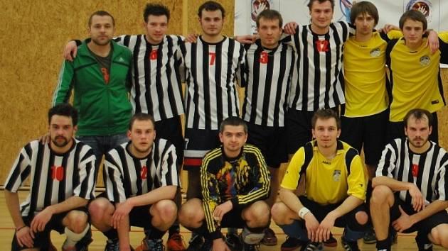 DVA PŘÍPRAVNÉ ZÁPASY sehráli futsalisté FC Santus Dobruška s reprezentací ČR neslyšících (v pruhovaných dresech).