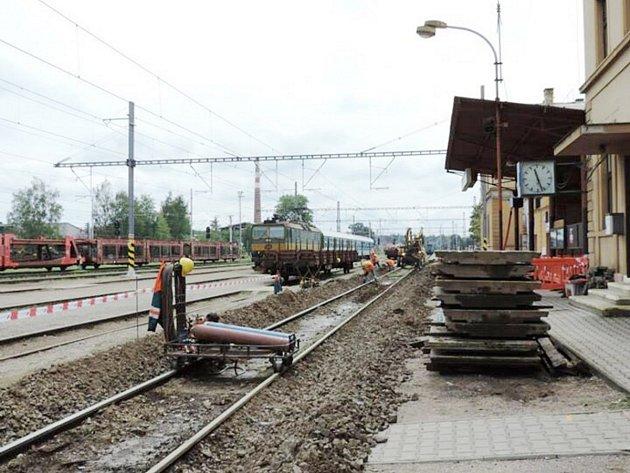 Lidé, kteří vlakem cestují přes Týniště nad Orlicí, jsou denně svědky velkých změn. Rekonstrukce nádraží zahrnuje i budování podchodu