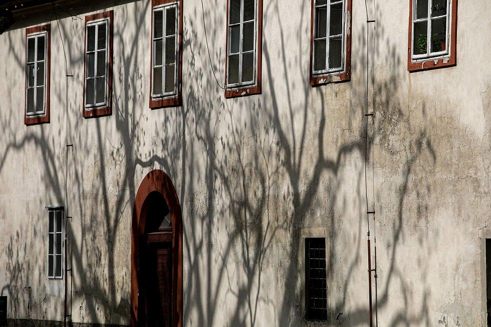 Z areálu zámku Opočno.