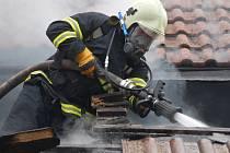 U požáru obydlené usedlosti v Hlinném zasahovalo devět jednotek hasičů.