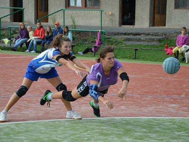 Dobrušská házenkářka Petra Laštovičková (na snímku vpravo) potvrdila opět pověst úspěšné střelkyně.