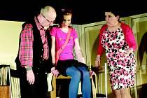 OCHOTNÍCI z vambereckého Zdobničanu hrají momentálně dvě inscenace pro dospělé. Fotografie byly pořízeny při komediálním představení Manželka se nepůjčuje, které režírovala amatérská herečka a předsedkyně spolku Miroslava Sojková.