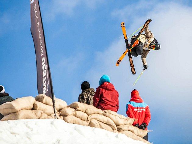 """NA OBŘÍM SKOKANSKÉM MŮSTKU, který velikostí předčil i loňský olympijský v Soči, o víkendu v Deštném předváděli """"vojáci"""" na lyžích dechberoucí akrobatickou  podívanou."""