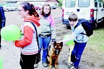 """Studenti kostelecké """"zemědělky"""" se podívali na den otevřených dveří do družstva Mostek. Předvedli i správný výcvik psů"""