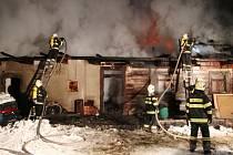 Požár zemědělské usedlosti ve Skuhrově nad Bělou.