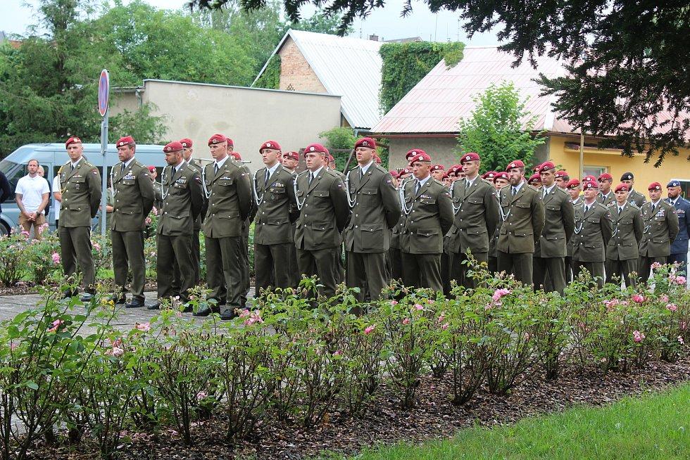 Odhalení pamětní desky se zúčastnili i vojáci.
