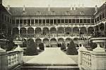 Historický snímek nádvoří zámku Opočno.