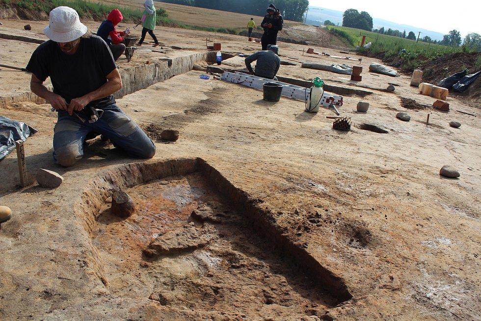 Ze záchranného archeologického výzkumu u Doudleb nad Orlicí. Pec pravděpodobně z mladší doby římské i s torzem nádoby.
