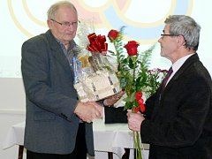 Dlouhou dobu – od roku 1986 – zastával funkci předsedy OS ČUS v Rychnově nad Kněžnou Jan Langr (vlevo). Za jeho obětavou práci, kterou přispěl k  rozvoji tělovýchovy a sportu na Rychnovsku, ho delegáti odměnili dlouhým potleskem.