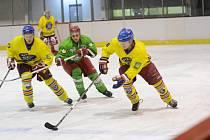 Okresní hokejové derby na rychnovském zimním stadionu vyhráli favorizovaní hráči Opočna, kteří po zajímavém průběhu utkání porazili poslední Čestice 5:3.