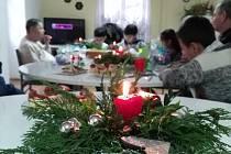 Z vánočního setkání dětí z kosteleckého střediska pro uprchlíky se seniory.