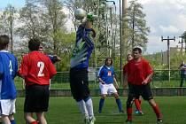 Křovický gólman Martin Děkan vyráží centrovaný míč domácích fotbalistů C-týmu Dobrušky.