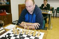 Za šachovnicí dlouholetá opora rychnovské Pandy Slawomir Machlowski.