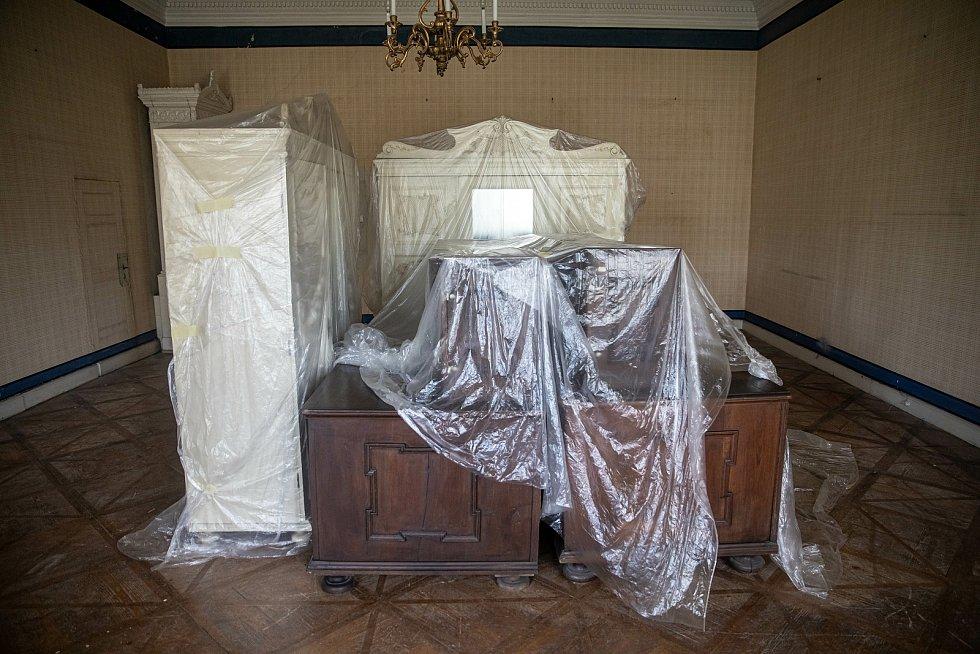 Druhé patro. Nábytek už je přichystaný.