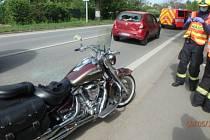 Motorkář vyvázl z nehody s těžkým zraněním.