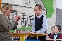 SCÉNKY, tanec, básničky anebo zpěv. Žáci všech tříd si na oslavu školy připravili svá vystoupení. Sledovala je zaplněná tělocvična.