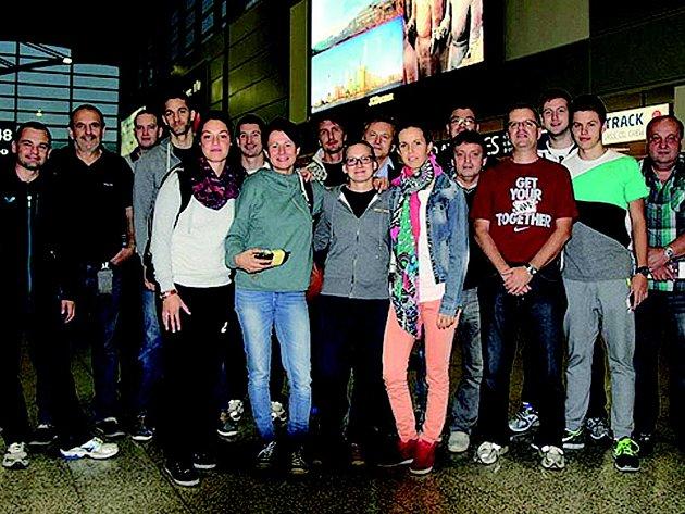 Česká reprezentace před odletem na mistrovství Evropy do ruského Jekatěrinburgu. Kostelecký mezinárodní rozhodčí Tomáš Malík je na snímku první zleva.