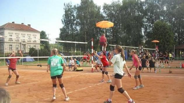 TRADIČNÍ volejbalové klání přilákalo letos do Lupenice třiasedmdesát družstev všech věkových kategorií.