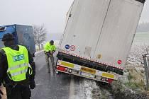 Na Rychnovsku například hasiči zasahovali u kamionu mimo silnici nebo u nehody osobního auta, které sjelo do potoka.