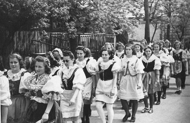 Manifestace na počest osvobození 16.května roku 1945.Vprůvodu občanů chodívala iděvčata vlidových krojích.