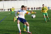 Dobrušský kanonýr a autor dvou gólů Aleš Hašek bojuje o míč s hostujícím Janem Lemfeldem.