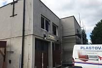Na budově hasičárny už jsou nová okna, práce v Malé Čermné pokračují.