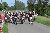 NA START loňského závodu XC MTB Mělčany  se postavilo celkem pětašedesát bikerů. Nejrychleji trať v lese Chlum zvládl Roman Šťastný z týmu Rock Machine Cyklomax (č. 17).