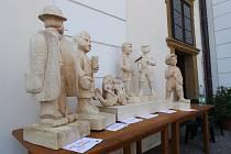 Hrdiny knihy vyřezali ze dřeva