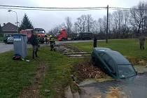 Auto sjelo z cesty a svezlo se do požární nádrže.