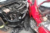 Srážku aut odnesl jeden člověk zraněním.