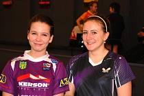 ÚSPĚŠNÉ DOBERSKÉ DUO Aneta Doucková (vpravo) a Terezie Sazimová před finálovým soubojem o přebornický titul.