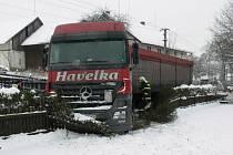 Lukavice: Kamion se vyhýbal a sklouzl do příkopu.