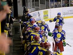 TŘIKRÁT se radovali ze vstřelených branek semechničtí hokejisté, kteří na rychnovském ledě porazili Čestice 3:1.