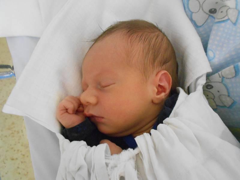 ALOIS VAŠÁTKO se narodil 11. června v 19.38 hodin. Měřil 52 cm a vážil 3530 g. Velice potěšil své rodiče Kateřinu Hubálkovou a Leoše Vašátka z Rychnova nad Kněžnou. Bez podpory tatínka u porodu by to maminka nezvládla.