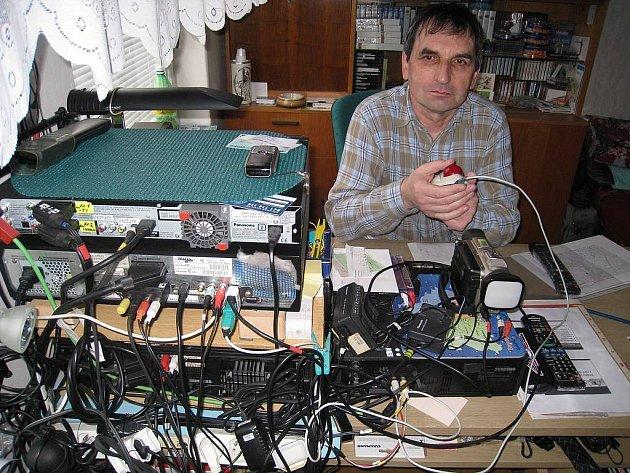 Pracovna jednašedesátiletého JAROMÍRA SCHEJBALA v rychnovském bytě je plná televizní techniky. Zde stříhá a dokončuje své soutěžní snímky, kterých má na svém kontě od roku 1984 celkem pětačtyřicet. Filmování se jinak věnuje již přes čtyřicet let.