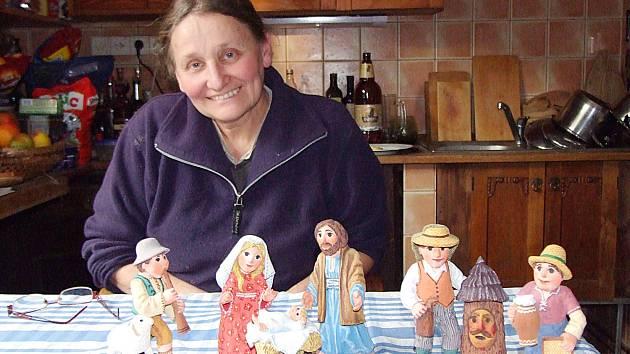 Výtvarnice Jarmila Haldová s figurkami, které připravovala pro nový betlém.