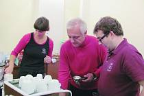 Starosta Rychnova Jan Skořepa vaří kávu za asistence zaměstnanců kavárny Láry Fáry.