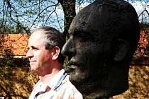 Poprvé navštívil rodiště svého dědečka vnuk spisovatele Karla Poláčka – Tomáš Jelinowicz s dcerou.