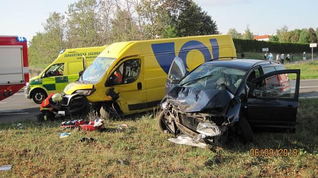 Dopravní nehoda osobního automobilu a dodávky v Dobrušce.